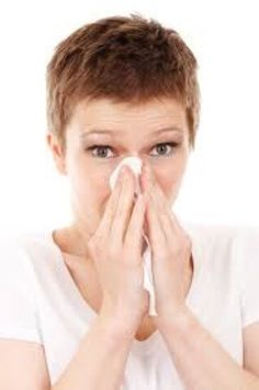 Allergies with congestion and a stuffy nose from pollen or a cold getting you down? Here are some home remedies to clear your congestion and stuffy nose. Infection Des Sinus, Health Tips, Health And Wellness, Health Benefits, Health Care, Oral Health, Blocked Nose, Sinus Congestion, Flu