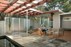 Exciting Modern Pergola with Attractive Outdoor Decoration: Captivating Modern Pergola Design Midcentury Patio With Colorful Floor Marble Fl. Backyard Fences, Fenced In Yard, Pergola Patio, Fence Landscaping, Pool Fence, Patio Privacy, Corner Pergola, Patio Bar, Patio Seating
