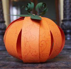 かぼちゃと言うとハロウィン感の強い素材ですが、秋らしい デコレーションとしても飾れますよね。  今回は、低コストでお手軽な、紙で作れるカボチャ デコレーションをいろいろ集めてみました。     さりげない上品さが素敵なペーパーパンプキンです。     カボチャを連想させるような色柄の厚紙をチョイスする。   好みの太さに帯状に12本カットする。   切った紙の上下に穴あけパンチで穴をあける。   空き缶などの丸い物に巻いてカーブをつける。   短めのネジとボルトで12枚の帯紙を挟んでとめる。(ボルトが内側)   上下の穴ともネジとボルトでとめる。   紙をずらしてだし、適度に重ねながらかぼちゃを演出する。   緑色の厚紙で葉とつるをクラフトしてつける。        先ほど上で紹介したペーパーパンプキンの応用です。 作り方は同様で、小さめにいくつか作り、紐に吊るします。 キュートなかぼちゃのガーランドのできあがりです。        安っぽい茶色の紙袋、飾って素...