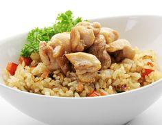 Für das Marokkanische Huhn das Fleisch in Streifen schneiden. Zwiebeln schälen und vierteln, Sellerie in 1 cm breite Streifen schneiden, die