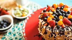 Vzačínajícím letním počasí si určitě pochutnáte na tomhle skvělém dortu zbílkového těsta, šlehačky ačerstvého ovoce. Jako jeho velké plus můžete brát ifakt, že vněm není ani špetka mouky! Cheesecake, Food, Diet, Cheesecakes, Essen, Meals, Yemek, Cherry Cheesecake Shooters, Eten