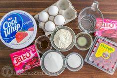 Raspberry Jello Cake Recipe - Perfect for parties and potlucks and it's kid-friendly! Raspberry Jello Cake Recipe, Raspberry Mousse, Holiday Desserts, Holiday Treats, Easy Desserts, Jell O, Krispy Kreme, Puding Cake, Jello Gelatin