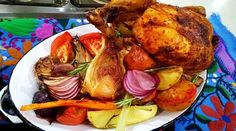 Pollo sentado a la cerveza con ensalada de vegetales a la vinagreta