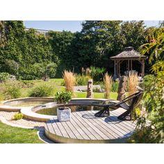 Naturpool rund. Design im Garten ist uns von Timberra® wichtig. Am Poolrand sitzen, die Ruhe genießen und die Seele baumeln lassen. Living Pool, Patio, Outdoor Decor, Design, Home Decor, Water Department, Microorganisms, Natural Garden, Architectural Materials