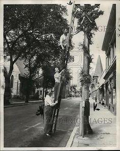 1949-Press-Photo-Kenosha-Chamber-of-Commerce-selecting-decorations-for-Christmas