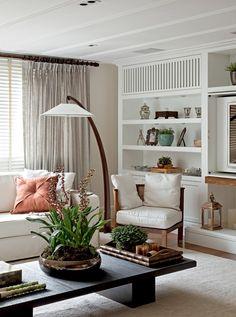 Sala com móveis brancos e madeira - luminária como ponto focal do ambiente