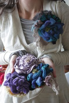 Sewing Fabric Flowers Big fabric flowers, it looks like one of those is made from velvet, how fabulous! Felt Flowers, Diy Flowers, Fabric Flowers, Paper Flowers, Cloth Flowers, Spring Flowers, Blue Flowers, Flower Corsage, Flower Brooch