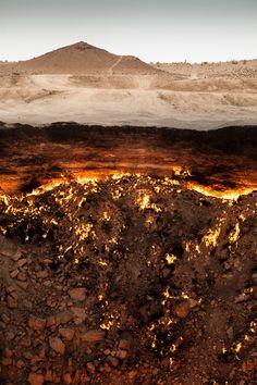 Découvrez pourquoi le cratère de Darvaza, aussi surnommé Porte de l'Enfer par les locaux, est en combustion continue depuis... 1971 !