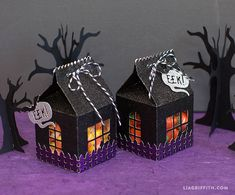 Make your own DIY Halloween treat carton to fill with spooky snacks for your little trick-or-treaters! By handcrafted lifestyle expert Lia Griffith. Disney's Halloween Treat, Marshmallow Halloween, Halloween Treat Holders, Photo Halloween, Bonbon Halloween, Halloween Treats For Kids, Halloween Favors, Homemade Halloween, Halloween Cards