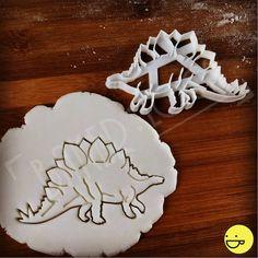 FORFAITAIRE de livraison quel que soit la quantité! Le taux forfaitaire s'applique par adresse.  ♥  Héberger votre soirée à thème dinosaure très propre avec cet emporte-pièce stegosaurus hyper réaliste. Détails de ligne partielle-impression complexe mettant en vedette et une silhouette savamment rendue, la forme de découpe stegosaurus est sûre d'enchanter. De sa queue thagomizers à sa colonne vertébrale écailleuse, cet herbivore féroce est parfaitement adapté pour vos pâtisseries maison et…