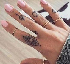 Tatuajes pequeños en la mano