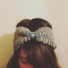 Bandeau tricoté en laine grise et broche bijoux par MelleSimoneShop
