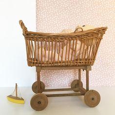 Orangevertevintage — Berceau en rotin vintage pour poupée