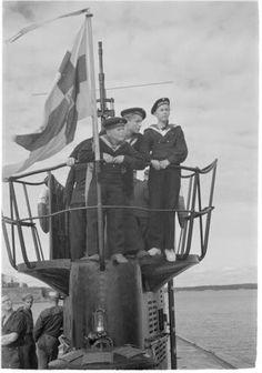 Sotilaspojatkin ovat päässeet sukeltamaan.  / the soldier boys got a chance to go for a dive. - Suomenlahti. SA-kuva.