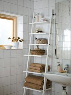 HJÄLMAREN vägghylla utnyttjar höjden och passar i ett mindre badrum. ÅSUNDEN korg med lock, LILLHOLMEN tvålpump, ÅFJÄRDEN handdukar.