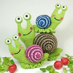 With this pattern by Moji Moji design you will lear how to knit a Shelley the Snail and Family - Amigurumi Crochet Pattern step by step. It is an easy tutorial about snail to knit with crochet or tricot. Crochet Amigurumi, Amigurumi Patterns, Amigurumi Doll, Crochet Dolls, Knitting Patterns, Knit Crochet, Crochet Patterns, Crochet Motif, Stuffed Toys Patterns