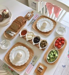 Pic: turkish traditional breakfast with feta cheese, vegetables, olives, si Breakfast Presentation, Food Presentation, Breakfast Platter, Breakfast Dishes, Deco Table, A Table, Brunch Mesa, Turkish Breakfast, Breakfast Bread Recipes