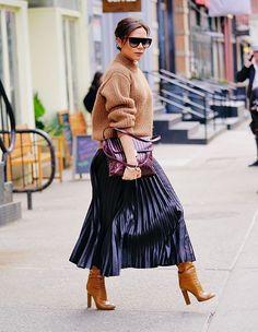 Victoria Beckham likes to rock a metallic skirt, so chic. Victoria Beckham Outfits, Victoria Beckham Style, Victoria Beckham Fashion, Pleated Skirt Outfit, Skirt Outfits, Pleated Skirts, Metallic Skirt Outfit, Midi Skirt, Metallic Pleated Skirt