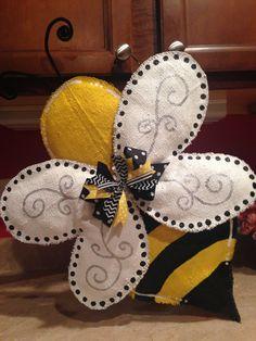 Bumble Bee Door Hanger 2x4 Crafts, Burlap Crafts, Deco Paint, Painting Burlap, Burlap Door Hangers, Bee Party, Bee Theme, Bees Knees, Spring Crafts