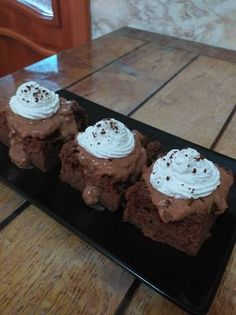 Prăjitură cu blat de negresă, însiropat cu ness. Budincă de cioco Muffin, Breakfast, Desserts, Food, Morning Coffee, Tailgate Desserts, Deserts, Essen, Muffins