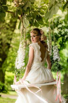 [I love this photo.  The pink ribbons on the swing are a nice addition, matching the flowers in her hair.] Incorporar um balanço de árvore no casamento ou ensaio de noivos adiciona um toque lúdico e alegre nas fotos. Venha ver diversas inspirações!