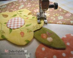 Machine Applique with blind hem stitch - awesome tutorial on applique! Tutorial Patchwork, Applique Tutorial, Applique Templates, Applique Patterns, Applique Quilts, Applique Designs, Embroidery Applique, Quilt Patterns, Owl Templates