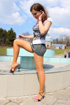 I ❤️ her tight mini dress and high heels, she has beautiful long legs💋💋 Nylons, Tan Pantyhose, Great Legs, Beautiful Legs, Beautiful Ladies, Short Skirts, Mini Skirts, Mini Dresses, Pernas Sexy