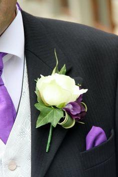 BOUQUET : boutonnière pour le marié assortie au bouquet #bouquet #fleurs #boutonniere