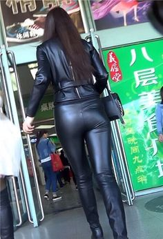 Frau von hinten in sexy Ledersachen Leather Tights, Tight Leather Pants, Leather Trousers, Leather Jacket, Shiny Leggings, Leggings Are Not Pants, Chica Cool, Leder Outfits, Black Leather Dresses
