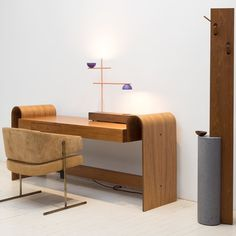 """Brazilian Midcentury and Contemporary Design blending in perfect harmony at ESPASSO. """"Senior"""" Chair by Jorge Zalszupin """"ON"""" Desk by Oscar Niemeyer """"FM"""" Table Lamp and """"Stand by"""" Coat Hanger by @claudiamoreirasalles @eliseucavalcante @oscarniemeyerworks #jorgezalszupin #claudiamoreirasalles #midcenturymodern #contemporarydesign #braziliandesign #coathanger #interiordesign @etelinteriores"""