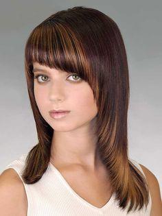 Такая стрижка прекрасно сочетается с косой челкой, особенно выполненной на длинных волосах