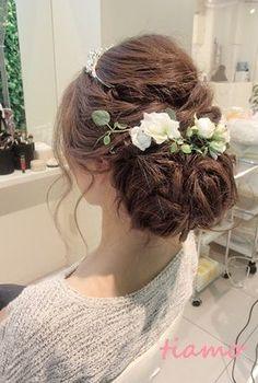 「結婚式」主役である花嫁の髪型は、ドレスとのバランスで花嫁を最高に美しく見せる大切な要素のひとつですね。誰よりも可愛い髪型にしたいけど、どんな髪型にしていいか迷いますよね。今日は、花嫁に人気の髪型やティアラ、流行スタイルを紹介します!