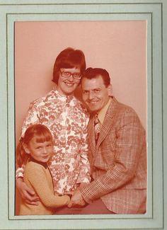 Niculina Apetri, 49, Hillerød.  Dette billede er taget hos fotografen og viser min familie (inden de blev skilt i 1975). Typisk tøj fra dengang (1972).