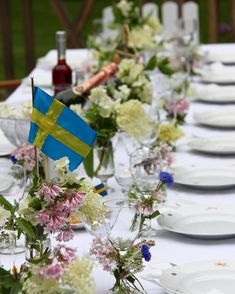 Glad midsommar från landet, här frossar vi i mat och sommarblomster... #midsommar#dukning#sommar Outdoor Table Decor, Floral Wedding Hair, Goodbye Party, Swedish Cottage, Pumpkin Flower, Swedish Christmas, Flower Shower, Swedish Recipes, Summer Solstice