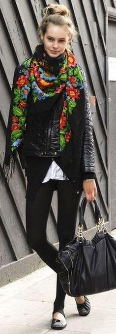 Moderne et fashion, optez pour un chale en laine russe noir sur un blouson en cuir, effet rock assuré!!!