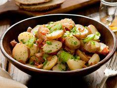 Dieser Kartoffelsalat ist nicht nur besser für die Figur, sondern auch hervorragend für die warmen Tage geeignet. Statt Mayonnaise verwenden Sie Essig und Öl. Lecker! http://www.fuersie.de/kochen/rezeptideen/artikel/rezept-bayerischer-kartoffelsalat