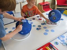 How fun to make a globe like this, you can use any theme (one of ours of your own): water, transport, animals, traditions, weather, you name it.  A Pinteresting Earth Day Globe by Teach Preschool > http://www.teachpreschool.org/2013/04/a-pinteresting-globe-for-preschoolers/