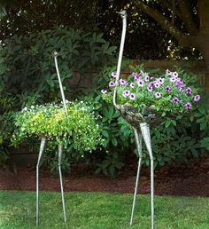 Swahili African Modern Kenyan Recycled Metal Ostrich Plant H .- Swahili African Modern Kenyan Recycled Metal Ostrich Plant Holders Metal type as a special hanging basket! What a garden highlight! Diy Garden, Garden Crafts, Dream Garden, Garden Projects, Wooden Garden, Art Crafts, Art Projects, Garden Whimsy, Garden Birds