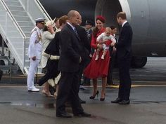 Baby Prince George in his mother's arms at Wellington Airport #RoyalVisitNZ pic.twitter.com/WGSnaYzY8Y