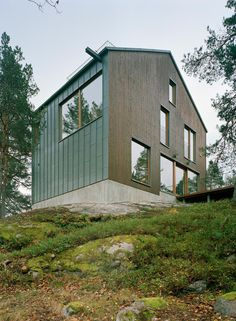 Vy by Kjellander SjöbergResearch, Architecture, Interiors Villa Vy by Kjellander Sjöberg is designed for a family wanting a robust. Villa, Modern Architecture House, Interior Architecture, Interior Design, Wooden Facade, Journal Du Design, Interior Minimalista, Small Buildings, Cabins In The Woods