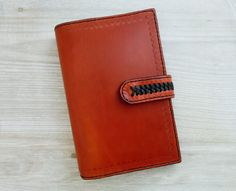 Leather agenda with 6 rings. Made in cowhide and hand-sewn. You can use it as an agenda, planner, diary or as a notebook. Leather Notebook, Wallet, Etsy, Leather Journal, Totes, Sewing By Hand, Notebooks, Day Planners, Rings