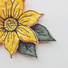 Sewing Fabric Flowers Drawing with your Sewing Machine - Brooch - Flower Freehand Machine Embroidery, Sewing Machine Embroidery, Free Motion Embroidery, Vintage Embroidery, Free Motion Quilting, Embroidery Applique, Embroidery Designs, Flower Applique, Fabric Art