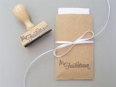 **Liebevoll gestalteter Stempel** für romantische Freudentränen-Taschentücher, damit eure Gäste bestens auf die Hochzeitszermonie vorbereitet sind.  Du erhälst einen Stempel, mit dem du z.B. die...
