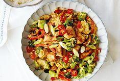 Tento rychlý teplý salát s asijským nádechem je skvělým tipem na večeři v pracovním týdnu. #salat #vecere #krutimaso #ryze #zelenina #dokrabicky #brokolice Kung Pao Chicken, Pasta Salad, Ethnic Recipes, Food, Crab Pasta Salad, Essen, Meals, Yemek, Eten