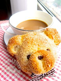 milk crisp buns- add raisins to the filling and it'll be just like the raisin milk butter buns form 85 bakery Cute Snacks, Snacks Für Party, Cute Food, Yummy Food, Pretty Cakes, Cute Cakes, Pain Surprise, Milk Chocolate Chip Cookies, Minced Meat Recipe