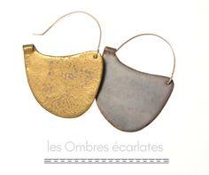 """les Ombres écarlates - boucles d'oreille """"bifaces"""" - cuivre émaillé, argent et or - 2016 . earrings - enamel on copper, silver and gold ."""