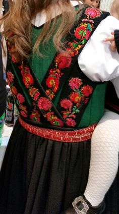 Bodice from Norwegian bunad from Tinn. Norwegian Recipes, Norwegian Food, Folk Costume, Costumes, Norwegian Clothing, Traditional Dresses, Folklore, Mittens, Norway