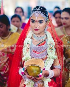 Indian wedding photography that you mesmerize for rest of the life. Design Aqua, Featured on Kodak, offers exceptional candid wedding & pre wedding photography services for your special day. Check out their photography portfolio. Wedding Looks, Bridal Looks, Bridal Style, Indian Jewellery Design, Jewellery Designs, Indian Marriage, Indian Bridal Fashion, Indian Wedding Photography, Girl Photo Poses