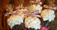 Uma ideia bem gostosa e diferente de lembrancinha! Cones de doces! Você pode decorar como quiser e é super prático!Hum... deu até água na ...