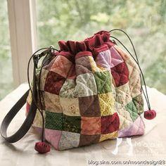 Olha que fofa a bolsa feita com retalhos quadradinhos. Um modo de  aproveitar tecidos e fazer uma peça única. 79f4b155fde